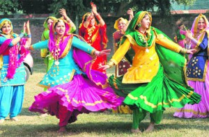 Women Performing Giddha (Source: tribuneindia.com)