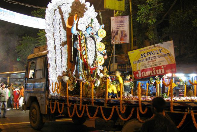 An idol of Goddess Kali being driven to a pandal in Kolkata. (Image: Indiadestinationsblog.wordpress.com)