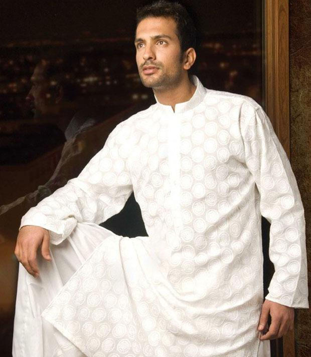 Carry a simple yet stylish look wearing a white Kurta Payjama. (Image: 2.bp.blogspot.com0)