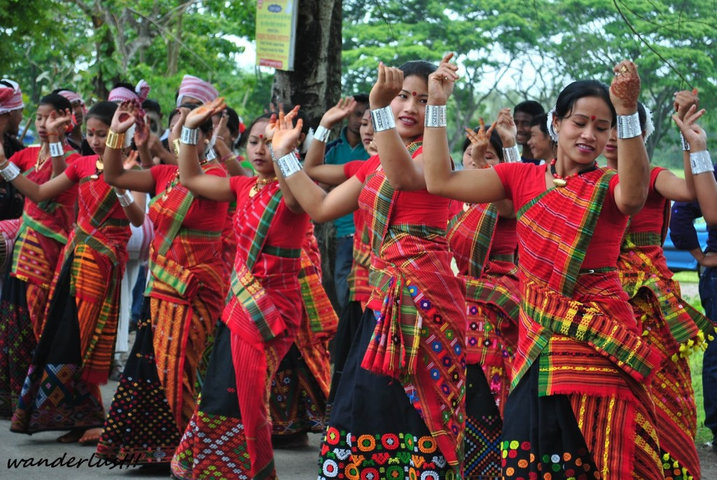 Mishing girls performing Bihu Dance (Image: http://thecuriouscookie2012.blogspot.in)