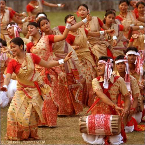 Men and women celebrate Bihu (Image: http://www.festivalsofindia.in)